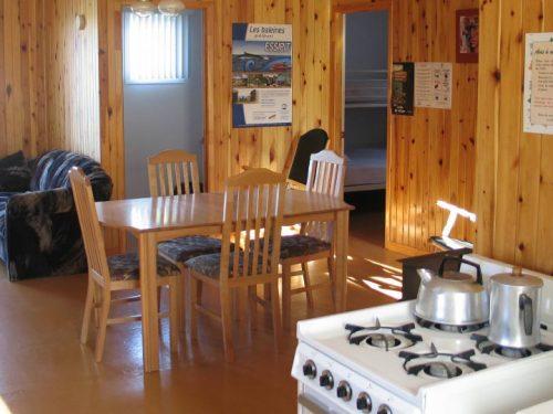 Essipit - Salle à manger d'un chalet du Domaine sportif du Lac Loup